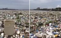 Dominikánska republika sa topí v plastovom odpade. Na pobrežie dorazili stovky ton neporiadku