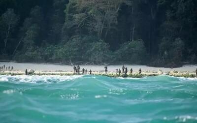 Domorodý kmeň vystrašil policajtov, ktorí chceli odniesť telo mŕtveho Američana z izolovaného ostrova