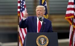 Donald Trump naznačuje, že ak voľby prehrá, bude sa brániť. Odmietol slúbiť pokojné odovzdanie moci