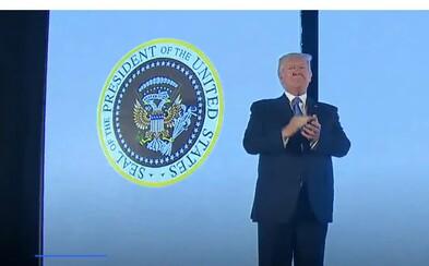 Donald Trump rečnil pred prezidentským znakom s ruskými orlami, peniazmi aj golfovými palicami. Bol to žartík či nešťastná náhoda?