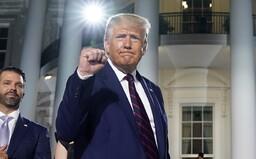 Donald Trump rozdával podpisy, ktoré vraj majú hodnotu 10 000 $. V hurikánom zničenej Louisiane vyzýval ľudí, aby ich predali