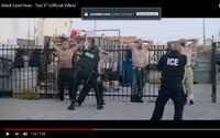 Donald Trump sleduje policajnú brutalitu z bezpečia vozidla vo videoklipe od Black Eyed Peas