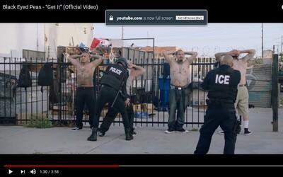 Donald Trump sleduje policejní brutalitu z bezpečí vozidla ve videoklipu od Black Eyed Peas