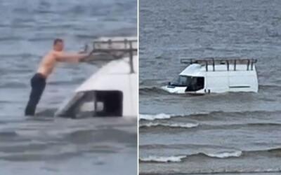 Doplával k svojmu utopenému autu, spravil si selfíčko a zachránil 4 balíčky cigariet. Príliv potom dodávku pohltil