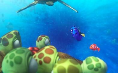Dory sa v prvom klipe necháva niesť korytnačkami, rovnako ako kedysi Nemo