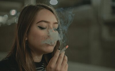 Dospelí bez problému dali cigarety 16-ročným deťom. Experiment slovenského youtubera vzbudil zhrozenie