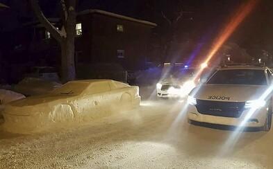 Dospelí muži postavili snehovú repliku auta tak dobre, že sa pri nich zastavili policajti. Pokute za zlé parkovanie sa vyhli len o chlp