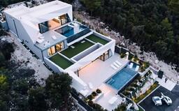 Dovolenkový raj na chorvátsky spôsob z ostrovu Korčula, ktorý ukrýva niekoľko terás, 2 bazény a luxusný interiér