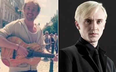 Draco Malfoy se s kytarou procházel po Praze, ale nikdo ho nepoznal. Herecká hvězda z Harryho Pottera si užívala sladkou anonymitu
