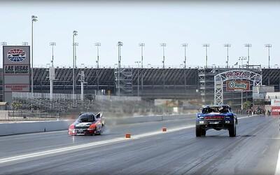 Drag race, ve kterém si 850koňový trophy truck ani neškrtne. Důvodem je 10 000koňový dragster!