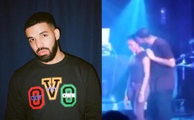 Drake osahával a líbal 17letou dívku, odhaluje video z koncertu. Žertoval i o vězení