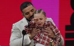 Drake prebral cenu Billboard Music Awards pre umelca desaťročia s plačúcim synom, DaBabymu pustili pri preberaní ceny Posta Malona