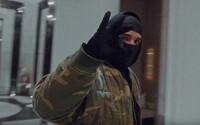 Drake předvedl v domácí karanténě bundu za milion korun. V minulosti ji nosíval i Kanye West.
