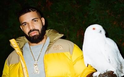 Drake se vysmívá hudebníkům, kteří se na první místa žebříčku Billboardu dostali díky prodeji merche
