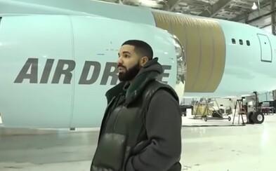 Drake ukazuje fanúšikom svoje nové súkromné lietadlo za 100 miliónov dolárov. Nemôže mu chýbať pozlátený interiér