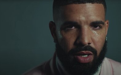 Drake v novince vzdává hold Tupacovi, zmiňuje i Kanyeho Westa. Smích střídají slzy a my se dočkáme nového alba