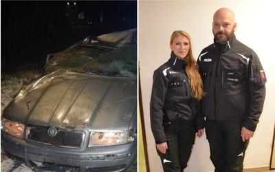 Dráma ako z filmu. Slovenskí policajti zachránili ženu z topiaceho sa auta