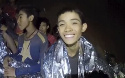 Dráma s futbalistami uväznenými v thajskej jaskyni sa dočká filmového spracovania. Štáb zbieral informácie priamo počas zachraňovania detí