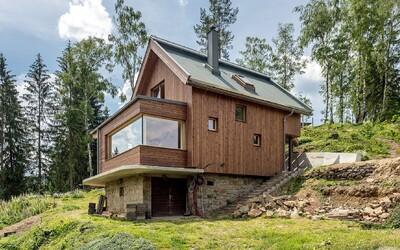 Dřevem obložené a zelení obehnané sídlo ze Vsetína, do kterého jsme se zamilovali
