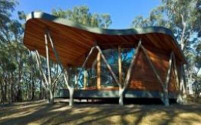 Drevený domček obkolesený prírodou