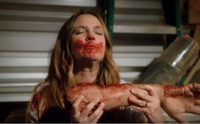 Drew Barrymore vstane z mŕtvych a zatúži po ľudskom mäse v novom traileri pre bláznivý hororový zombie úlet Santa Clarita Diet od Netflixu