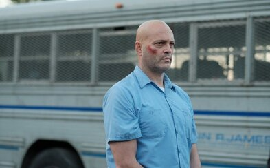 Drogový díler a bývalý boxer v podaní Vincea Vaughna sa v drsnom krimi thrilleri snaží uniknúť svojim nepriateľom a prežiť v pekle väznice
