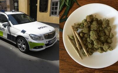 Drogový díler si pomýlil policajné auto s taxíkom, mal pri sebe 1000 jointov. Policajti boli nadšení, keď si úplnou náhodou prisadol
