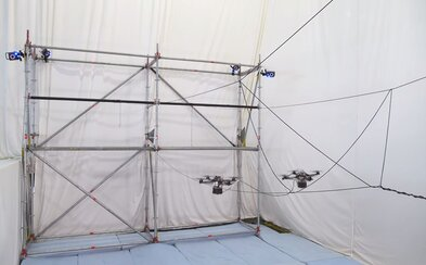 Drony dokázali postaviť lanový most bez akejkoľvek ľudskej pomoci