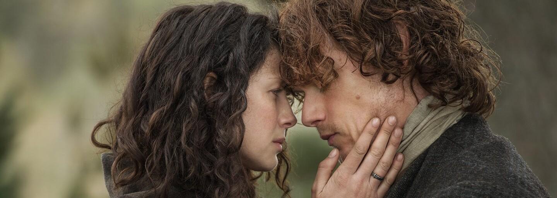 Drsná historická romanca Outlander sa pýši majestátnou škótskou divočinou, množstvom erotických scén a brutalitou. A navyše sa v nej cestuje časom. (Recenzia)