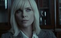 Drsná kráska Charlize Theron v thrilleri Atomic Blonde rozdáva údery a láka na akčnú jazdu leta