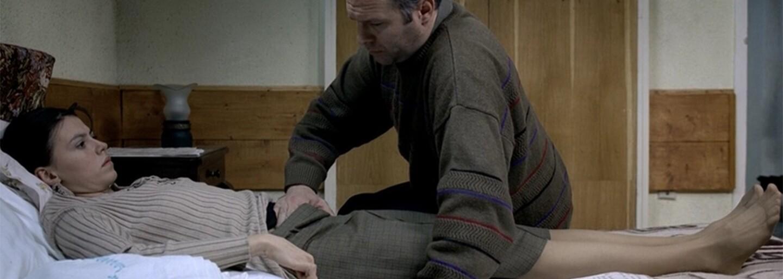 Drsná rumunská dráma vykresľuje bezútešnú situáciu dvoch vysokoškoláčok, ktoré čelia nástrahám totalitného režimu (Tip na film)