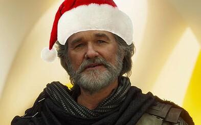 Drsňák Kurt Russell si vo vianočnej komédii zahrá Santa Clausa, ktorému musia po nehode pomôcť zachrániť Vianoce dvaja súrodenci