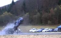Drsné video ukazuje nárazy áut v rýchlosti 200 km/h. V takom prípade by posádka nemala žiadnu šancu