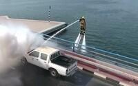 Dubajskí hasiči začínajú využívať vodou poháňaný jetpack. Nikdy im nedôjde voda a na miesto požiaru sa dostanú na skútroch