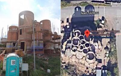 Dům Tomia Okamury na Google mapách někdo přejmenoval. Nejdříve na Takešiho hrad, pak na Demagogické centrum pro lobotomiky