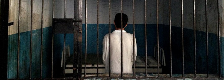 Duševně nemocní lidé v Indonésii jsou zavírání do klecí, poutání řetězy a vězněni v přeplněných místnostech