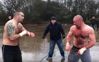 Dva Angličané si neshody vyřešili v brutálním 30minutovém pěstním souboji. Po skončení si s respektem podali ruce a zkrvavení odešli