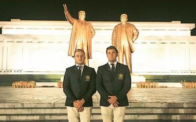 Dva Australané pronikli na turnaj do Severní Koreje, když jim úředníci uvěřili, že jsou profesionální golfisté. Svými výkony prý zahanbili vlastní rodiny