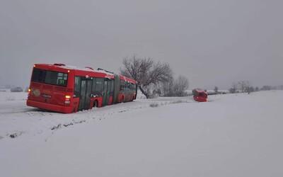 Dva autobusy v priekope. Bratislava už tradične nezvládla snehovú apokalypsu