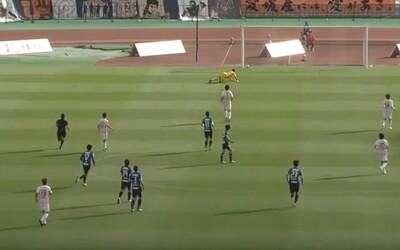 Dva góly z poloviny hřiště během dvou minut. Brankář japonského Ehime neměl zrovna svůj den