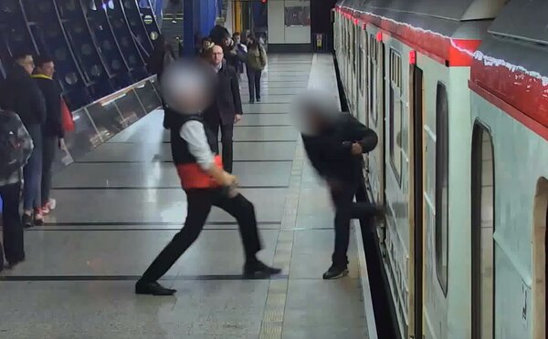 Dva muži se rvali v pražském metru 10 zastávek. Jeden druhého pobodal