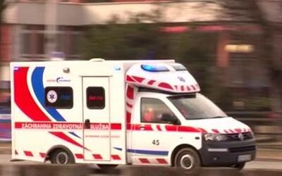 Dva muži v BMW fyzicky napadli záchranáře, kteří poskytovali pomoc. Vadilo jim, že sanitka blokuje cestu