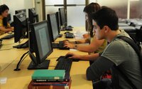 Dva studenti pravidelně napadali školní Wi-Fi, aby se vyhnuli testům. Teď čelí obvinění