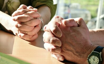 Dva ze tří Čechů nevěří v Boha. Podívej se na výsledky zajímavého průzkumu, který Česko porovnal s jeho evropskými sousedy
