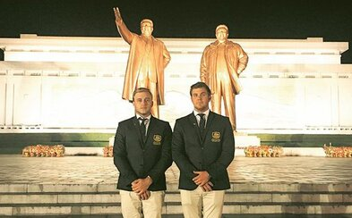 Dvaja Austrálčania prenikli na turnaj do Severnej Kórey, keď im úradníci uverili, že sú profesionálni golfisti. Výkonmi vraj zahanbili vlastné rodiny