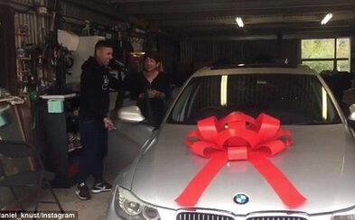 Dvaja bratia 10 rokov šetrili, aby na Vianoce mohli mame kúpiť jej vysnívané BMW. Odvďačili sa jej za všetko, čo pre nich robí