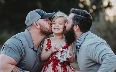 Dvaja chlapíci si rozkošne zapózovali so svojou dcérou, ale nejde o homosexuálny pár. Chceli zdieľať veľavravnú myšlienku