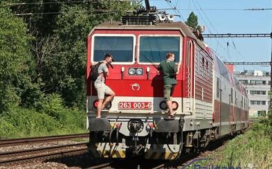 Dvaja mladíci sa v Bratislave viezli na lokomotíve. Čiernymi pasažiermi sa už zaoberá aj polícia