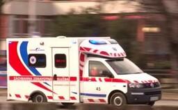 Dvaja muži na BMW fyzicky napadli záchranárov počas toho, ako poskytovali pomoc. Prekážalo im, že sanitka blokuje cestu
