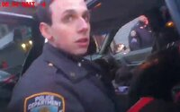 Dvaja newyorskí policajti zrejme dávali vodičom do auta marihuanu. Usvedčuje ich aj video